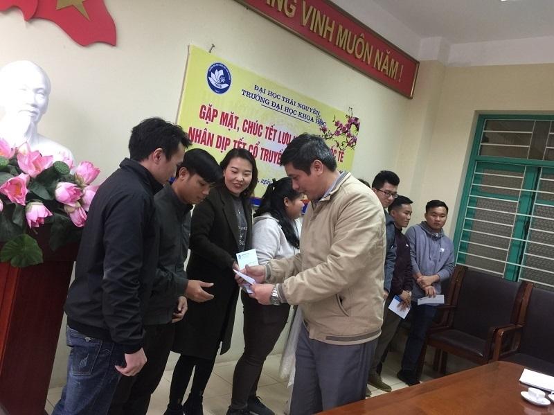 Lãnh đạo nhà trường tặng quà chúc mừng các Lưu học sinh quốc tế